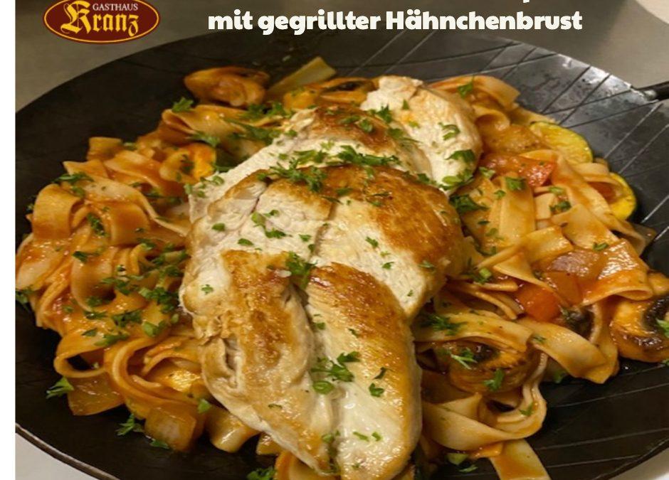 Wochengericht ab 21.6.2021                                     Mediterrane Gemüse-Nudelpfanne mit gegrillter Hähnchenbrust  13,90